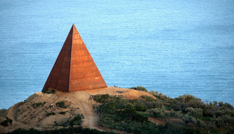 Opera d'arte piramidale a Fiumara d'Arte
